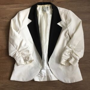 Cropped black/off-white blazer w/ruched 3/4 sleeve